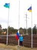 Наталья Ситник поднимает флаг России